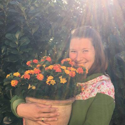 Elli mit Blumentopf im Arm