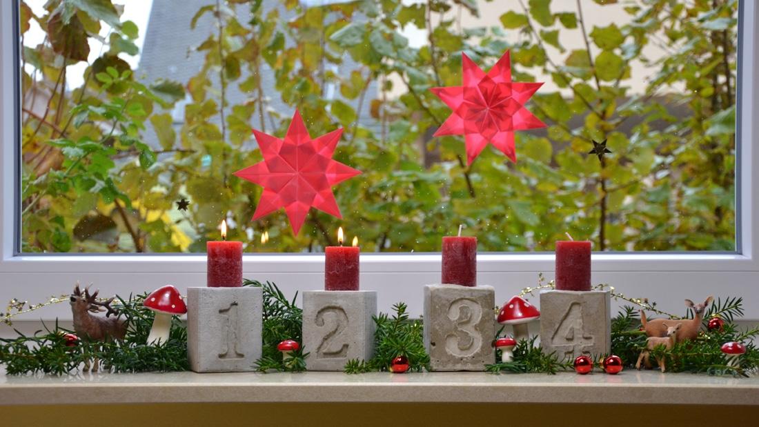 Auch im klassischen Rot kommt der Adventskranz aus Beton toll zur Geltung.
