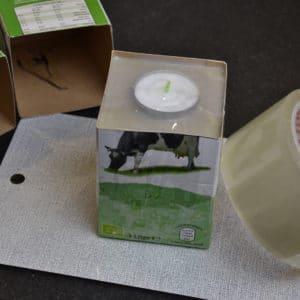 Der Beton ist im Tetra Pak, das Teelicht ist fixiert. Jetzt kann der Beton aushärten.