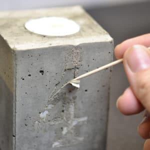 Wenn der Beton fertig getrocknet ist, wird die Zahl entfernt.