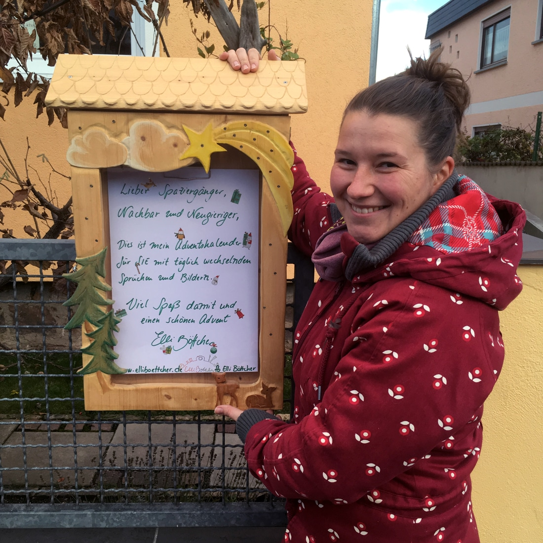 Elli Böttcher mit ihrem Adventskalender-Schaukasten