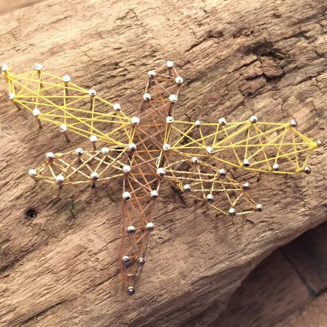 Libelle aus Nagel und Faden in Gold-Gelbtönen