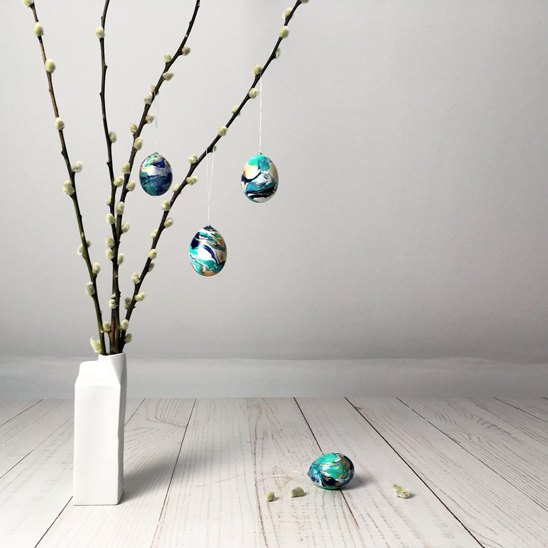 Osterstrauch mit marmorierten Eiern