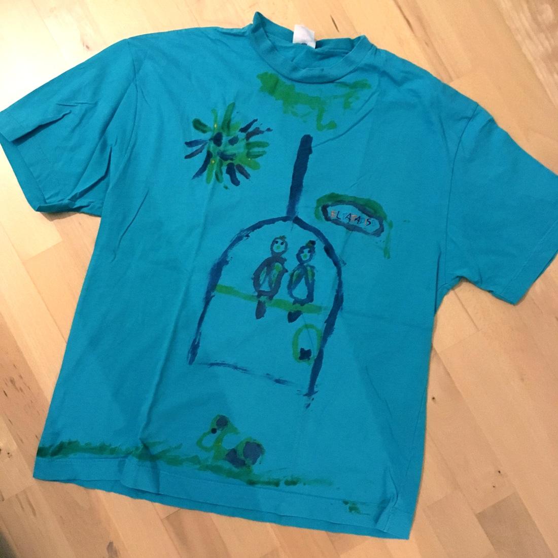 Von Kind bemaltes altes T-Shirt