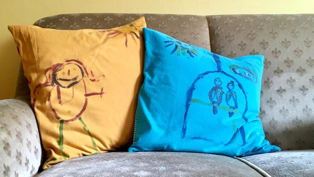 Upcycling: Fertige Kissen auf dem Sofa