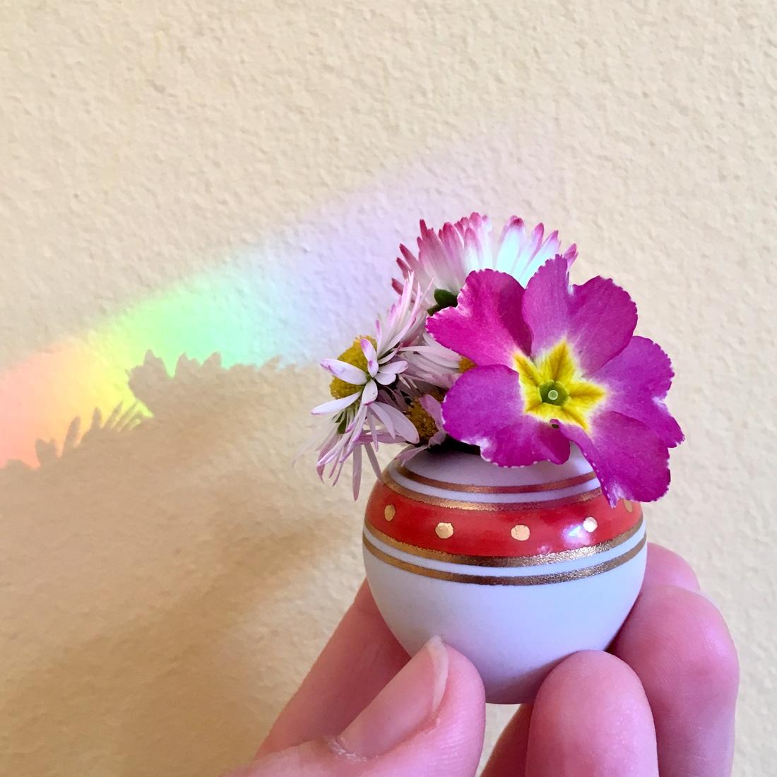 Mini Blumenstrauß mit Gänseblümchen und Primel