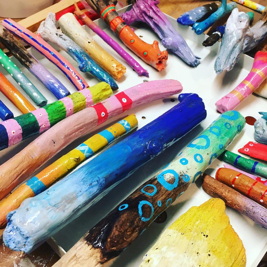 Bunt gemaltes und lackiertes Treibholz