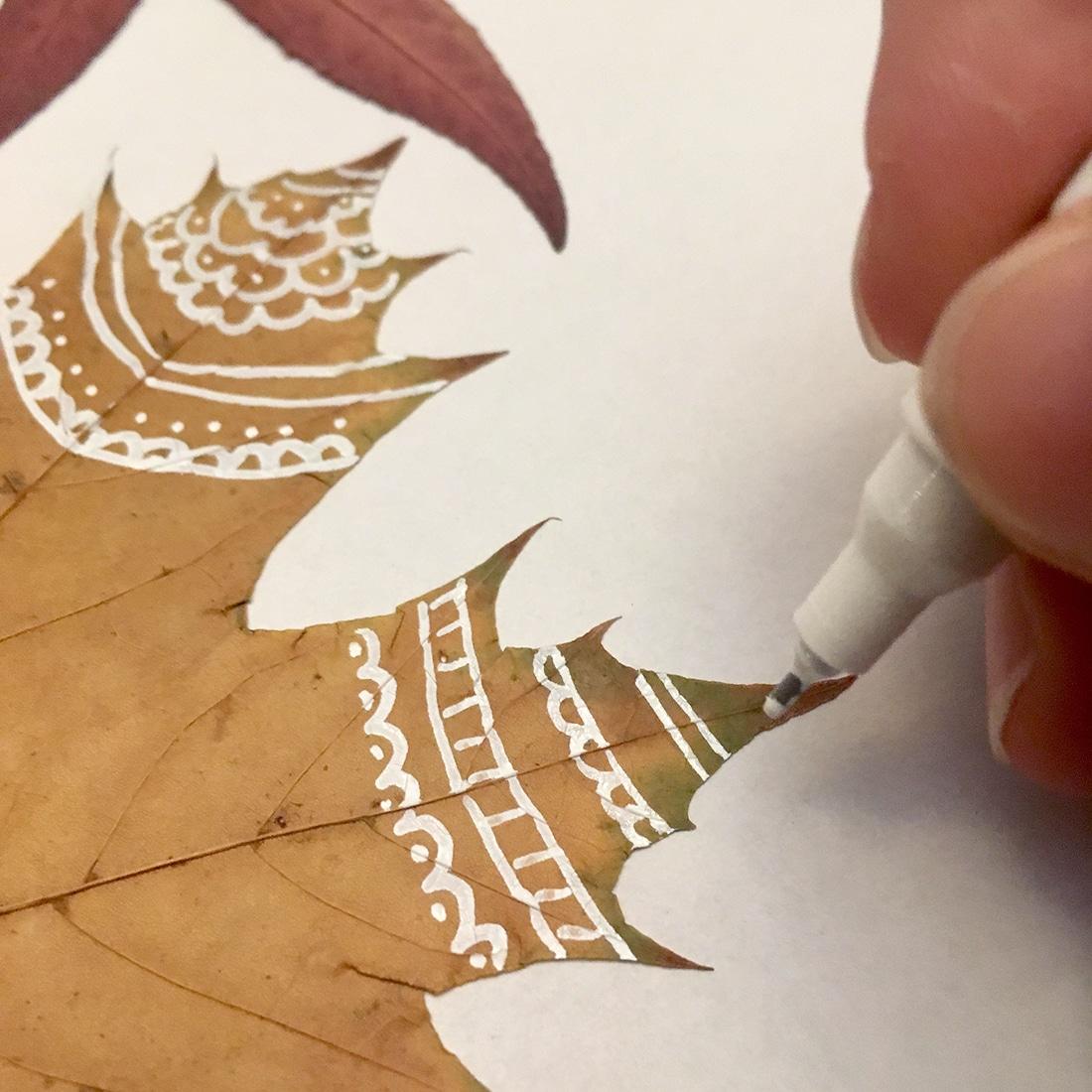 Blätter bemalen mit einem Lackstift